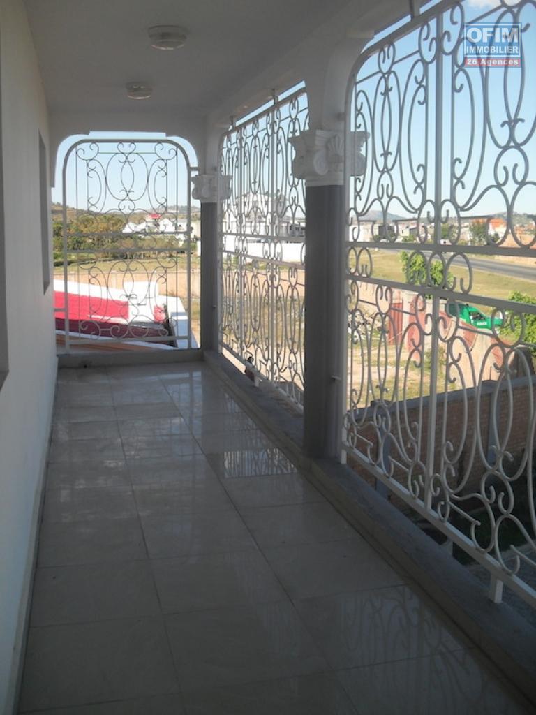 location maison villa antananarivo tananarive a louer une grande villa de deux tages. Black Bedroom Furniture Sets. Home Design Ideas