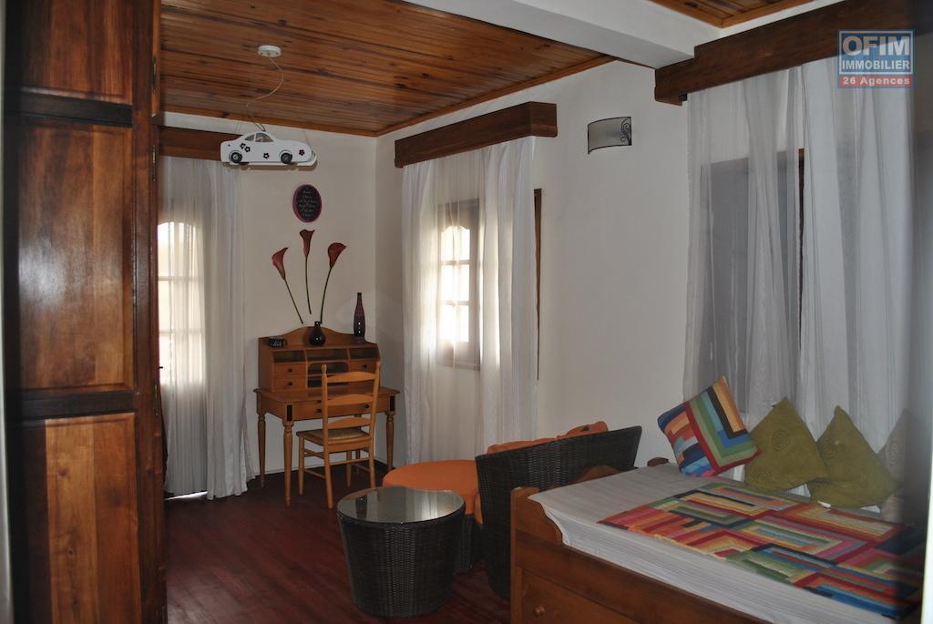 meubl maison villa antananarivo tananarive a louer villa f5 avec des meubles modernes. Black Bedroom Furniture Sets. Home Design Ideas