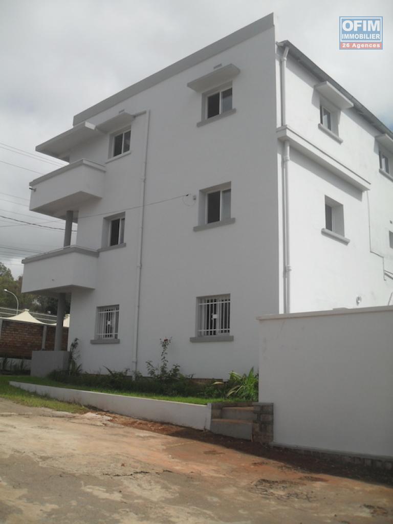 Forme maison exterieur a un etage neuf a madagaacar for Forme de maison