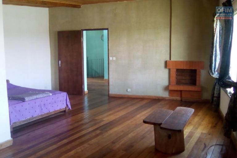 A louer une villa à étage atypique de type F5 avec une très belle vue à Talatamaty Faralaza