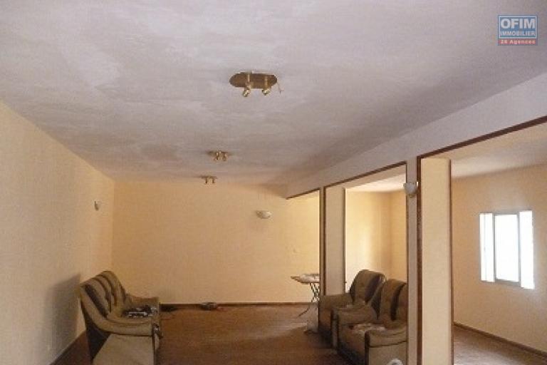 A louer local 1000 m² + villa à étage de type F6 bord de route principale, accès facile pour les camions situé à Ivato, à 5 mn de l'aéroport international