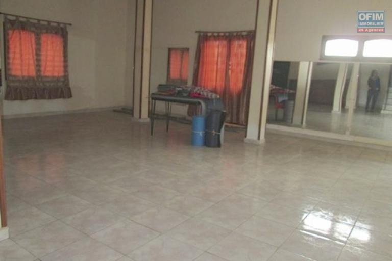 A vendre, une grande villa F7 avec piscine à Ambatomaro- Antananrivo