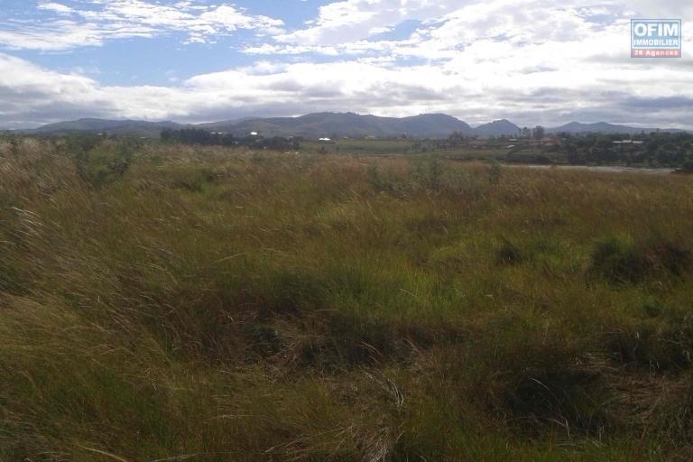 A vendre terrain de 10000 M2 à Ambohitrinimamba Ivato avec vue sur le lac