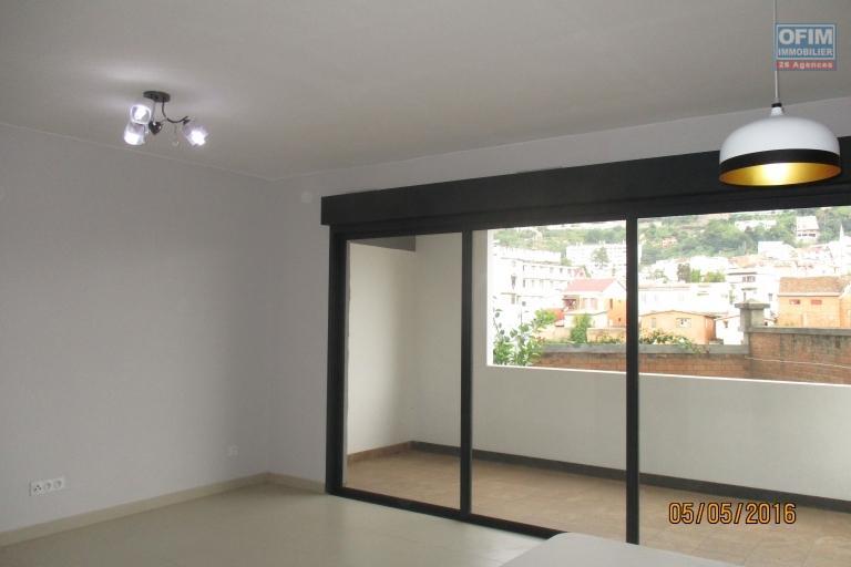 OFIM offre en location plusieurs appartements neuf T3 sur cité planton Antananarivo Contact : 034 02 218 69 Francia