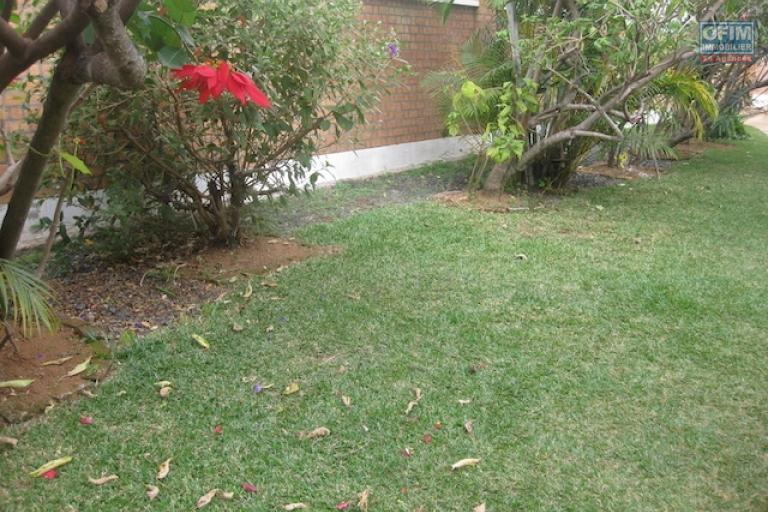 A louer une coquette villa basse meublée de type F3 dans une résidence sécurisée à Ambohibao