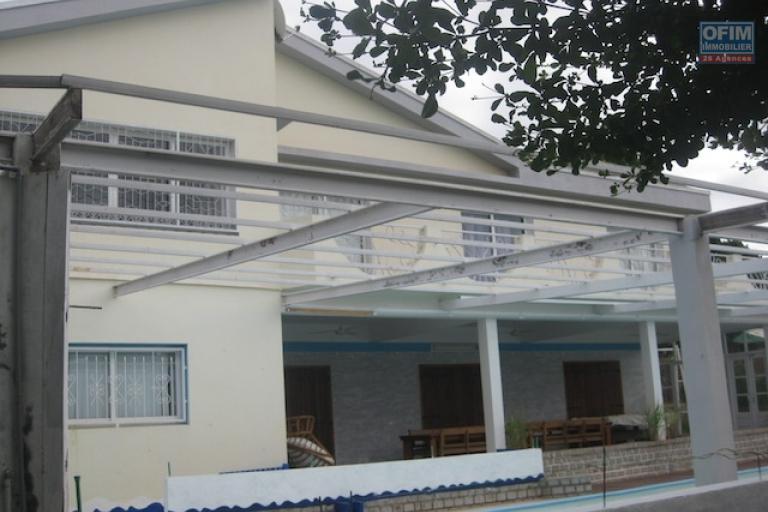 A louer un beau studio dans un appartement avec piscine et pieds dans l'eau à Ambohibao