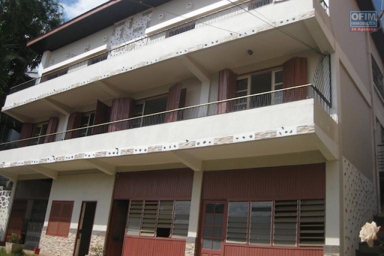 A louer une  belle villa à deux étages de type F10 dans un quartier résidentiel  à Ampahibe