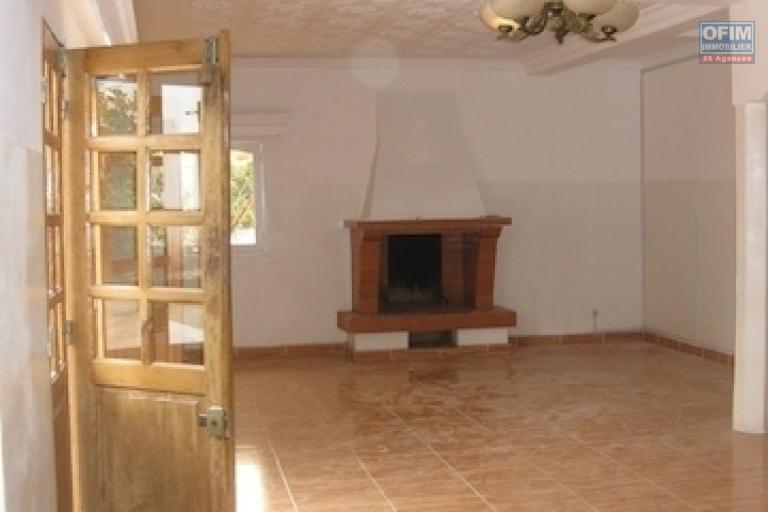 A louer une  belle villa à étage de type F7 dans un quartier résidentiel à Ambodirano Ivato
