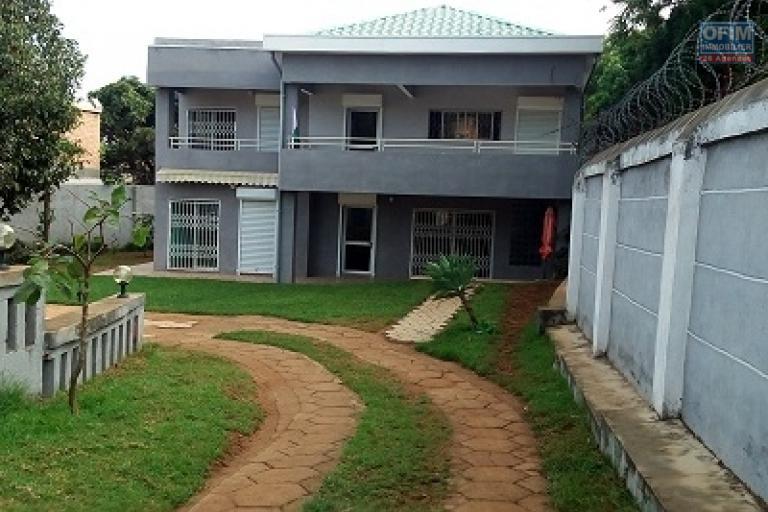 A louer une villa moderne à étage de type F6 se situe à Ambohijanahary Ambohibao à 5 mn de l'école primaire C française