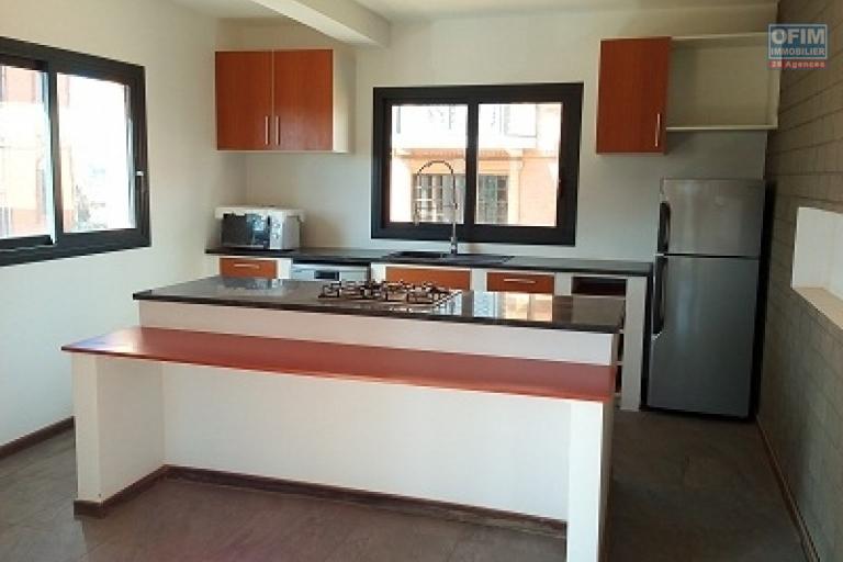 A louer un luxueux appartement de type T3 avec mezzanine dans une résidence à Ambohimiandra à 3 mn de l'école BIRD