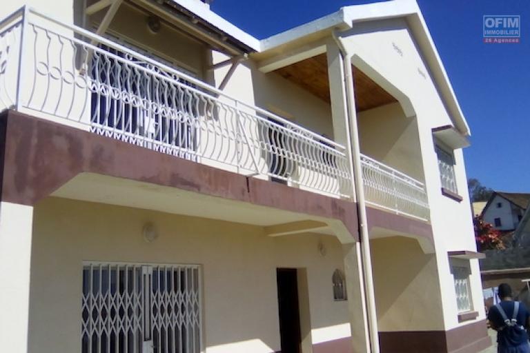 A louer une belle villa à étage de type F5 dans un quartier résidentiel à Itaosy