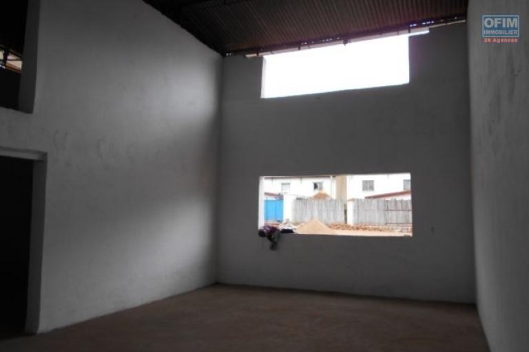 A louer un entrepôt de 320m2 dans un quartier calme à Fotrohafana Ivato