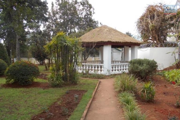 A louer une villa F6 avec piscine dans un bon quartier à mahatony Ivandry Antananarivo