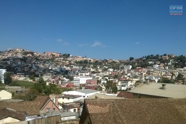 A vendre, lot de 03 maisons à 10 min du centre,en bord de route principale  à Ampahibe Antananarivo