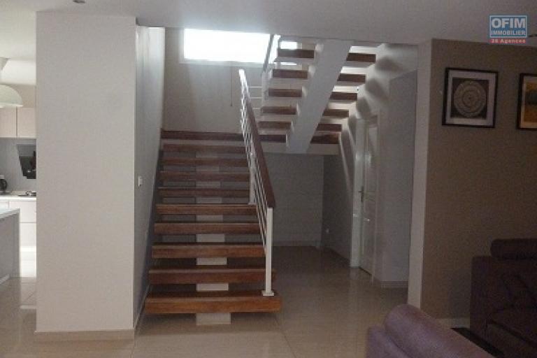 A louer un duplex de haut standing de type T5 dans une résidence bien sécurisée dans le centre ville situé au cité planton