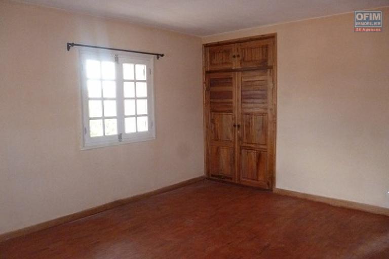A louer un appartement de type F4 dans un immeuble de R+2 se situe à Talatamaty Antanetibe dans un quartier résidentiel