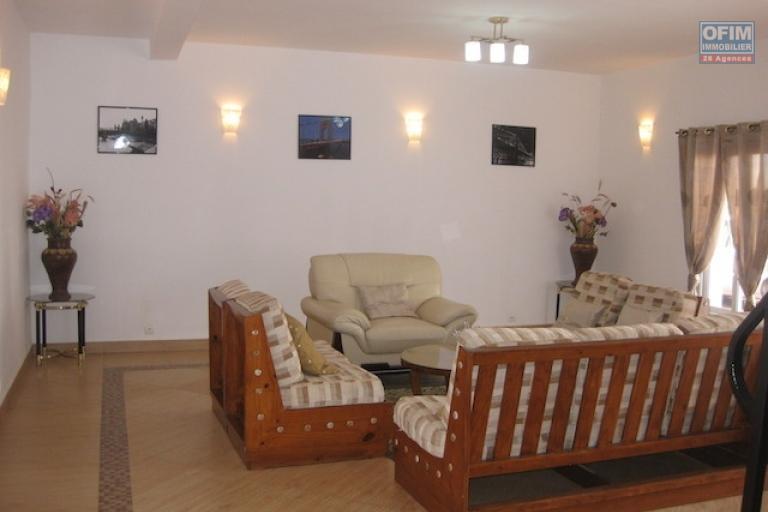 A louer une belle villa à étage  neuve et meublée de type F5 dans un quartier résidentiel à Talatamaty