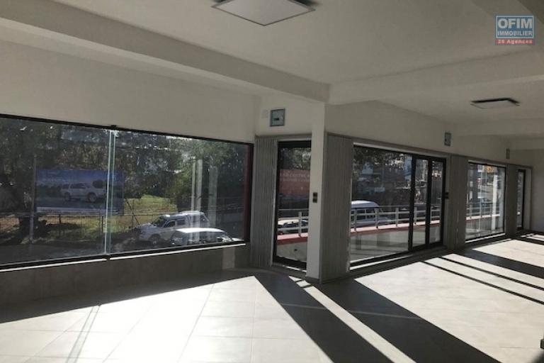 A louer plusieurs locaux dans un immeuble neuf et de standing proche de Leader Price et en bord de route principale RN4 à Ambohibao