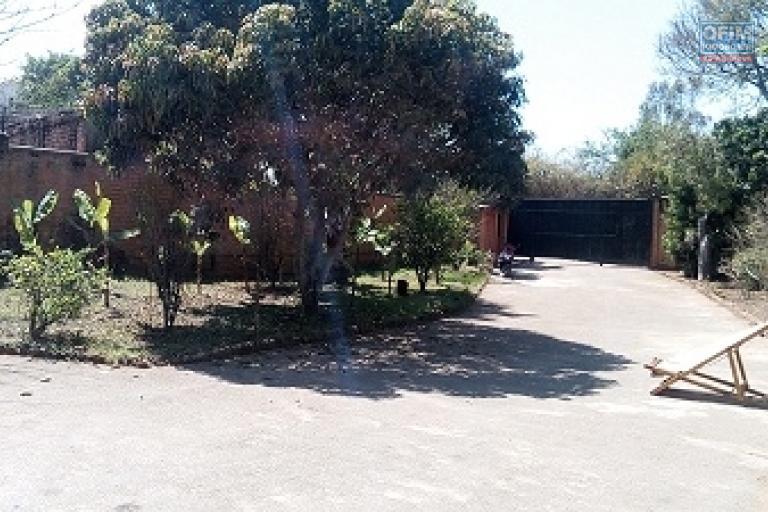 A louer une belle villa de type F5 sise à Amboropotsy Talatamaty, à 10 minutes de l'aéroport d'Ivato