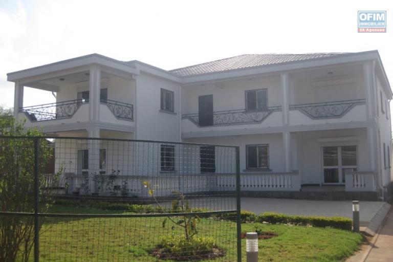 A louer une grande villa neuve de haut standing de type F11 dans un endroit calme et résidentiel à 5 minutes de l'école primaire C à Ambohibao