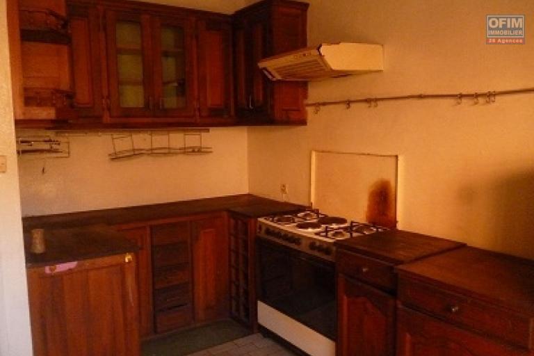 A louer une charmante villa de type F5 bâtie sur un terrain de 4500 m² dans une résidence bien sécurisée et proximité de toutes les commodités sise à Talatamaty