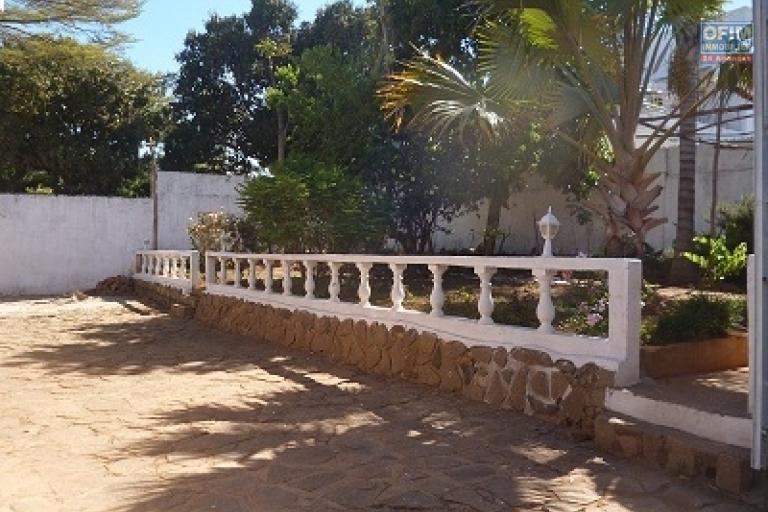 A louer une charmante villa de plein pied type F4 facile d'accès bord de route sise à Faralaza Talatamaty