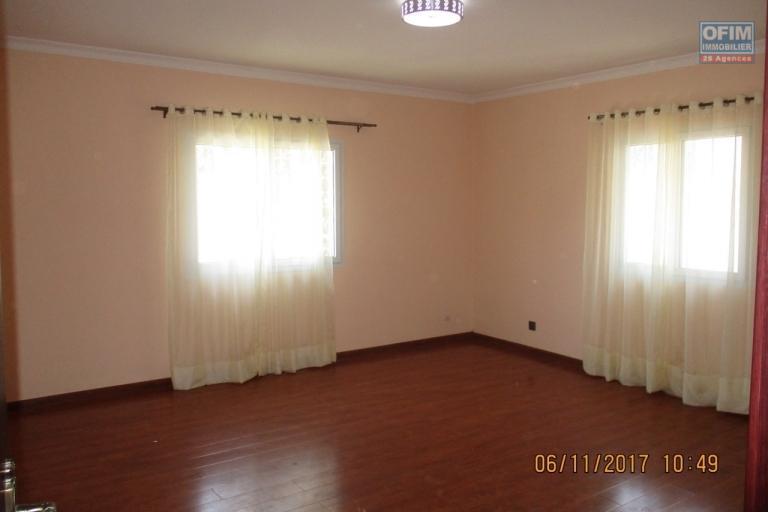 OFIM offre en location une maison neuve  F12 à Ambatobe