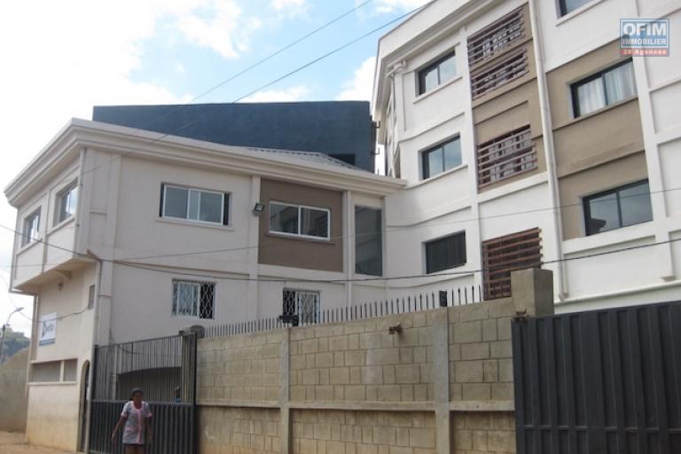 A louer un grand immeuble R+3  idéal pour bureau ou tout type de projet d'activités au bord de la route principale  à Andranomena