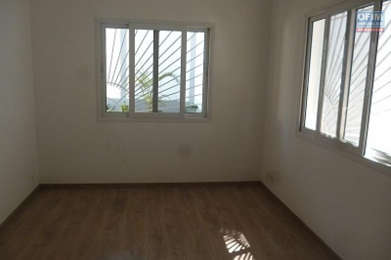 A louer une belle villa moderne semi-meublée à étage de type F5 fraîchement construite sise à Mahatony Soavimasoandro