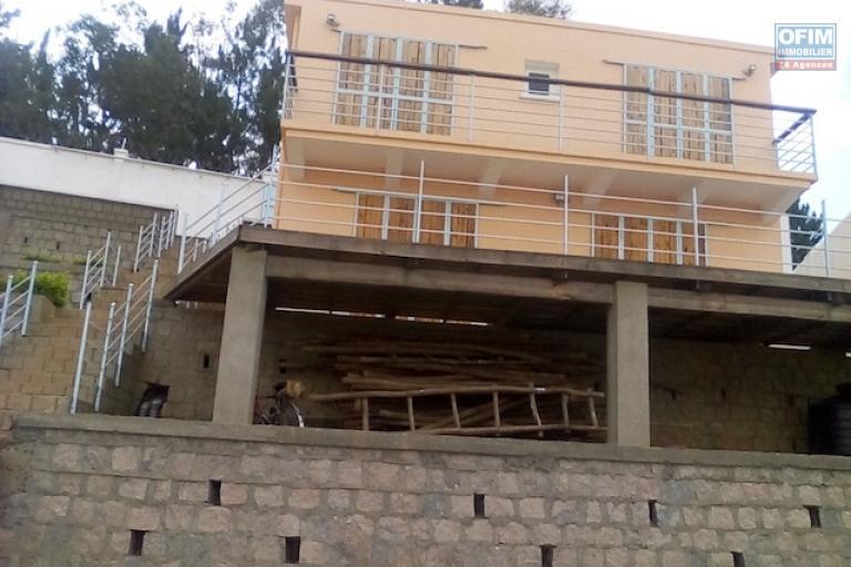 a vendre petite villa T3  à finir sur terrain de 600 m2 Ambatobe