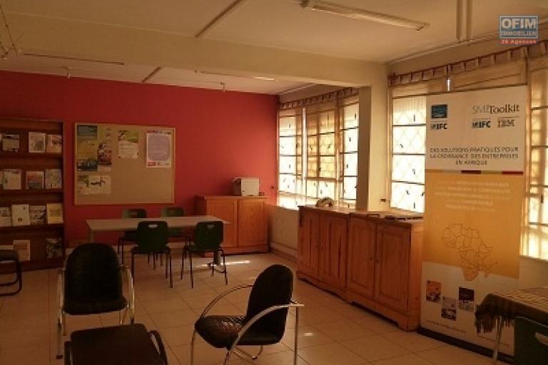 A louer un local de 4 niveaux sur une surface total de 800 m² se situe bord de route principale très fréquentée d'Ambatonakanga