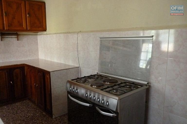 A louer une villa à étage semi-meublée avec piscine et grand jardin bâtie sur un terrain de 1 500 m² facile d'accès à Ambohijanahary Ambohibao