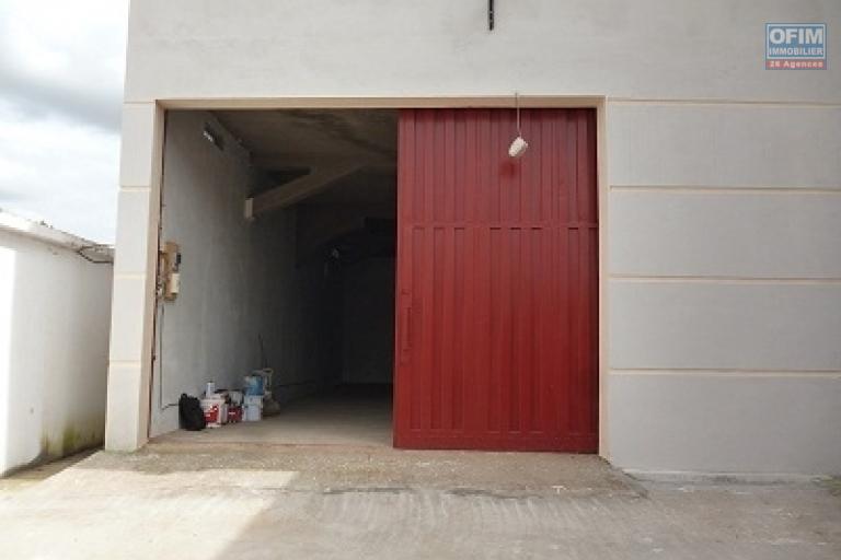 A louer un dépôt 225 m² avec un hauteur de 4 m facile d'accès se situe à Ivato 5 minutes de l'aéroport