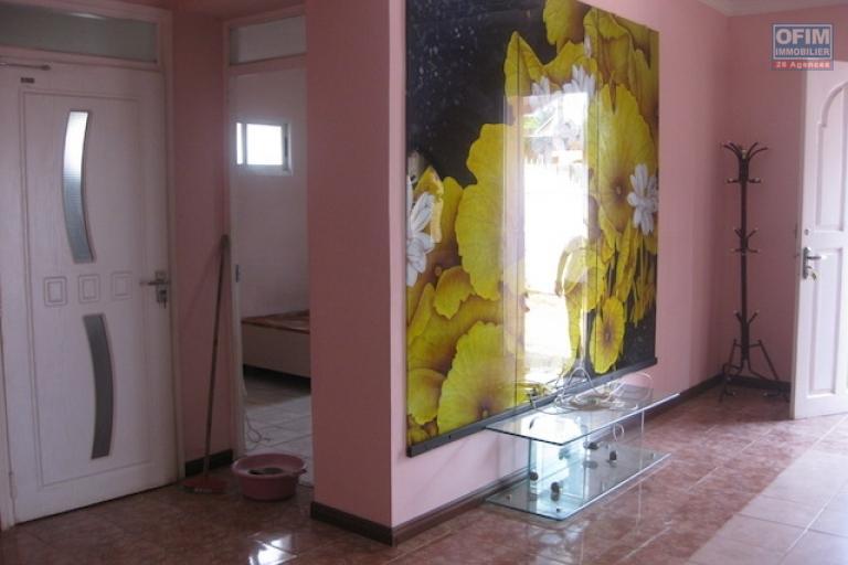 A louer une belle villa à étage meublée de type F7 dans un quartier résidentiel à Anosimasina Bemasoandro