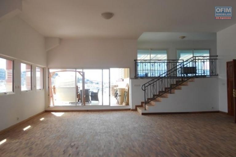 A louer un grand appartement avec piscine de 500m2 T5 à Ambaranjana Antananarivo
