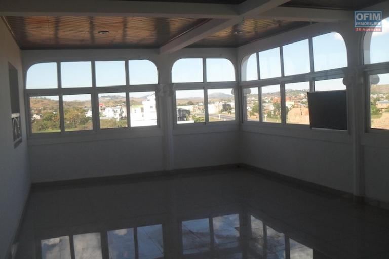 A louer une grande villa de deux étages type F12 à usage mixte au bord de route By pass