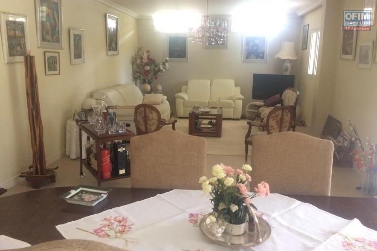 A vendre très grande villa de 650 m2 habitable avec piscine à Ivandry Mahatony