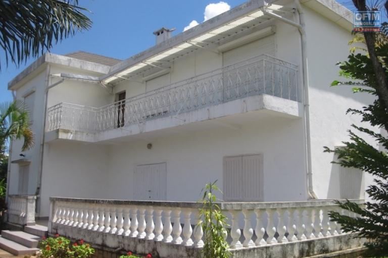 A louer une grande villa à étage F5 meublée dans un quartier résidentiel avec une vue sur le Rova à Ambatobe