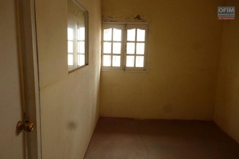 A louer  un entrepôt de 1160 m² facile d'accès à tout type de vehicule situé à Ambohibao