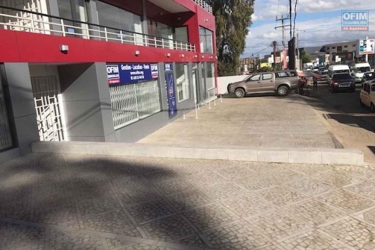 A louer un local commercial de 42m2 dans un immeuble de standing neuf à Ambohibao, bord de route , forte visibilité
