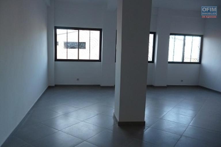 A louer un local de 62 m² au 1er niveau d'un immeuble fraîchement construit bord de route très fréquentée d'Ambohibao