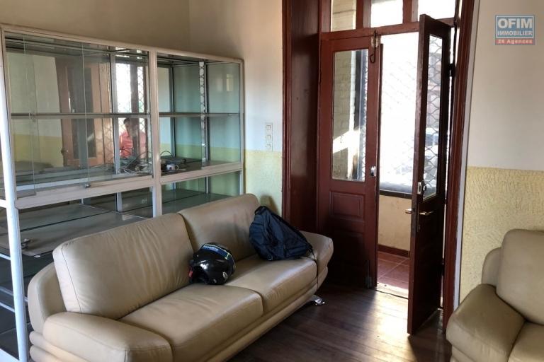 A vendre maison bord de route dans le quartier commercial plein centre Ambondrona