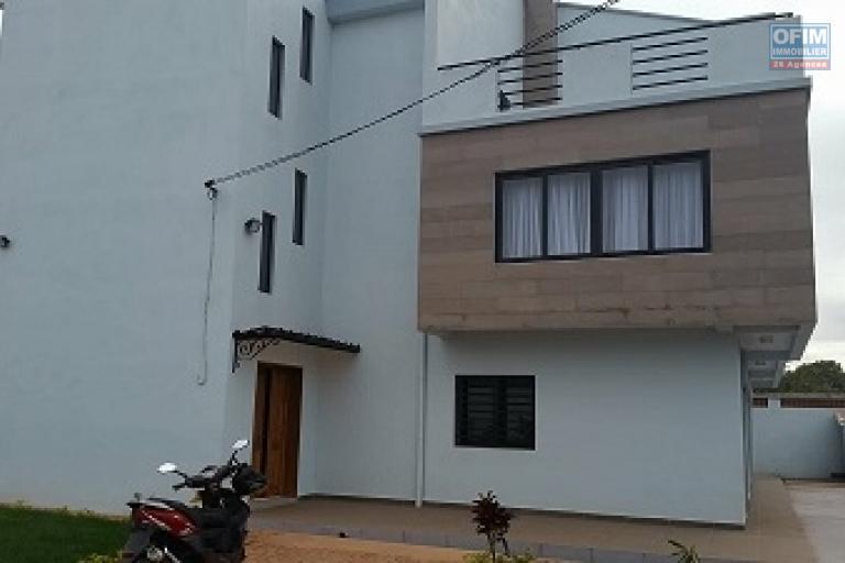 A louer une villa à étage neuve de haut standing de type F9 facile d'accès sise à Ambohibao