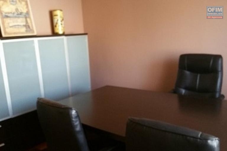 A louer une villa meublée à étage de haut standing type F7 fraîchement construite au norme sise à  Ankadindravola à 5 mn de l'aéroport Ivato