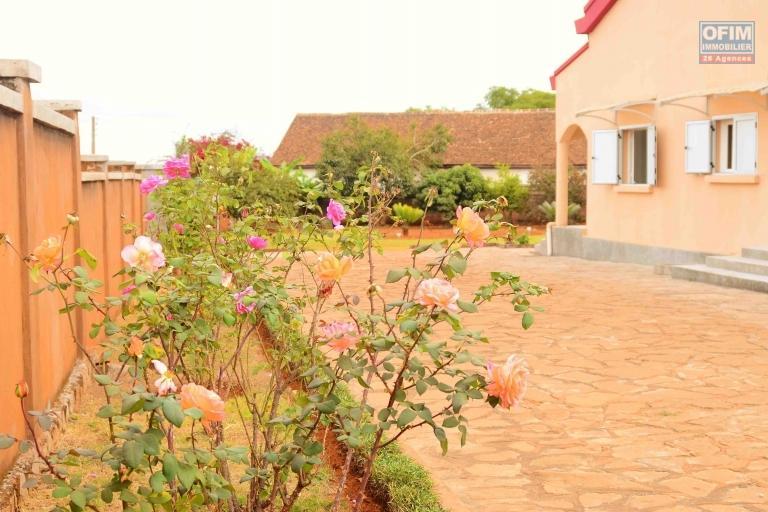 A vendre, une villa F5 sur 2500 m2 de terrain dans le quartier résidentiel de Talatamaty-Antananarivo