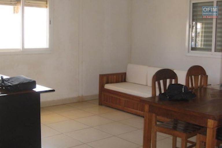 A louer un local professionnel avec un dépôt dans un endroit facile d'accès à Ambohibao
