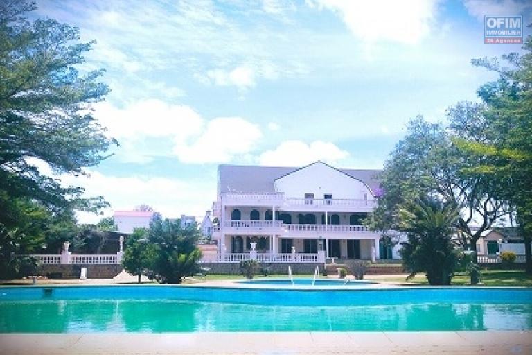 A louer une résidence prestigieuse, raffinée et verdoyante située dans le quartier résidentiel d'Ambohibao, au bord du lac de Mamanba avec piscine, ouverte une vue imprenable et située à quelques minutes de l'aéroport.