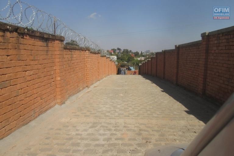 A vendre un beau terrain de 1 700 m2, morcelable, plat prêt à bâtir et clôturé à Ilaivola Ivato