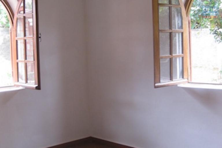 A louer une villa basse F4 avec jardin dans un endroit calme à Amboropotsy Talatamaty