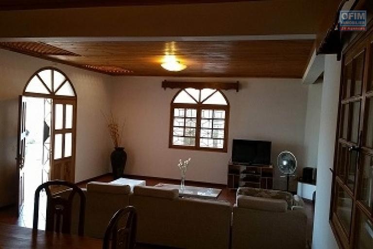 A louer une villa plain pied de type F5 meublée dans une résidence bien sécurisée sise à Ambohibao